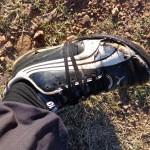 Notez comment le lacet tourne autour de la chaussure avant de se nouer sur le dessus...